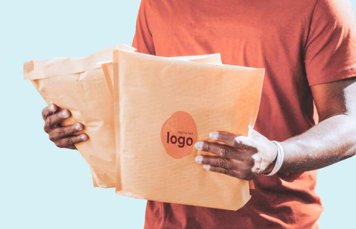 persona cogiendo packaging personalizado