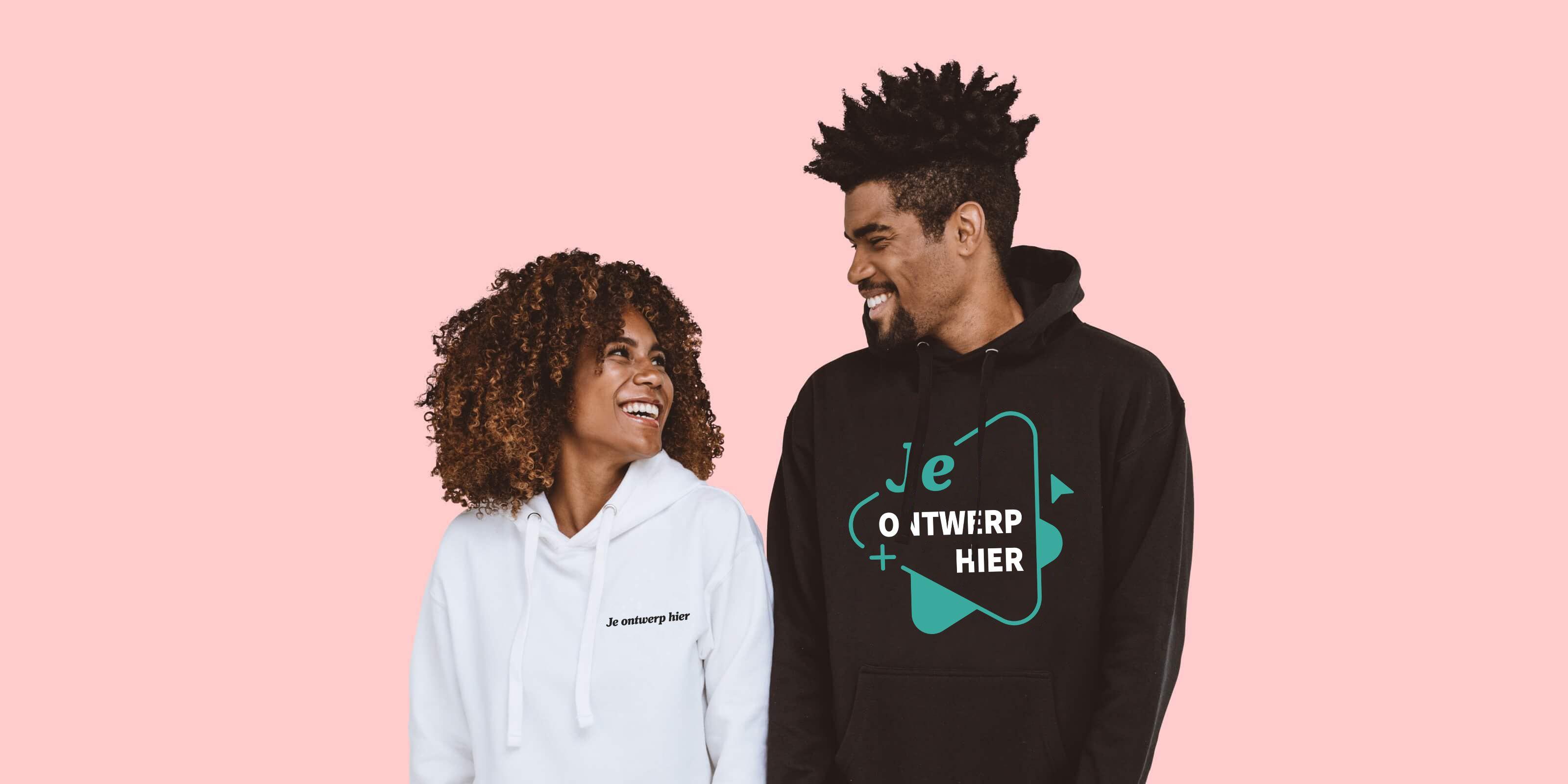 Man en vrouw met gepersonaliseerde hoodies
