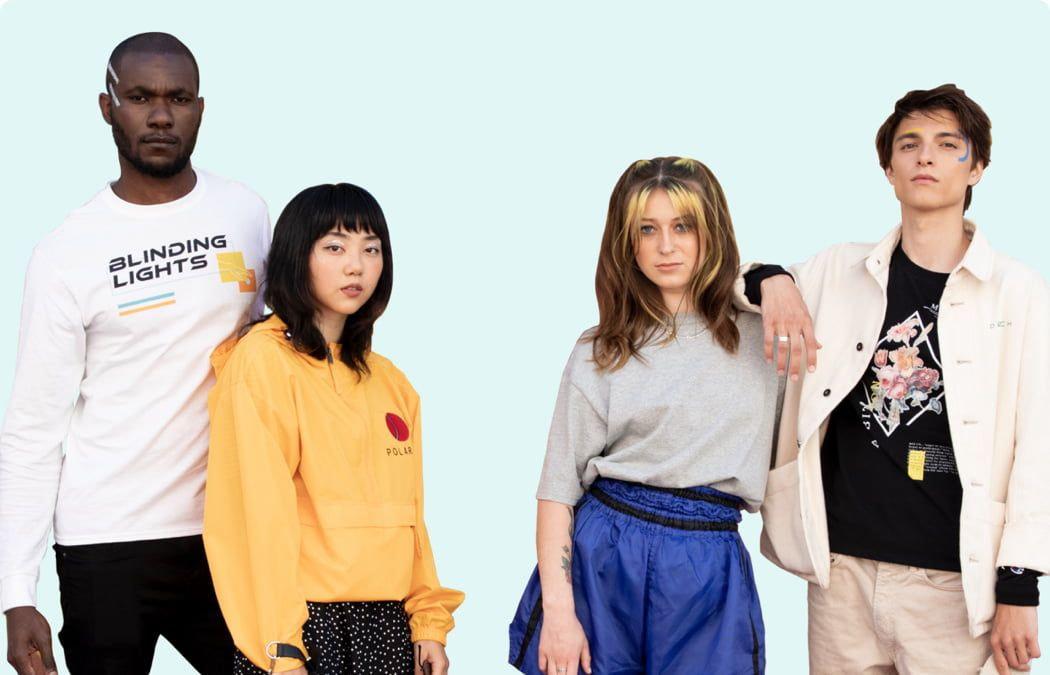 cuatro personas vistiendo ropa personalizada