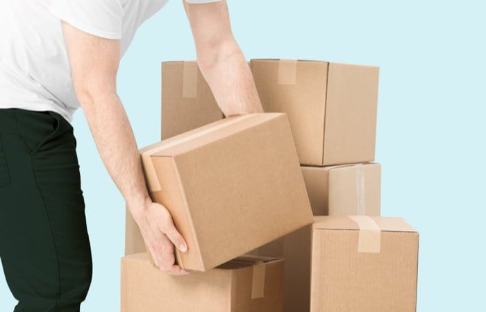 persona cogiendo cajas