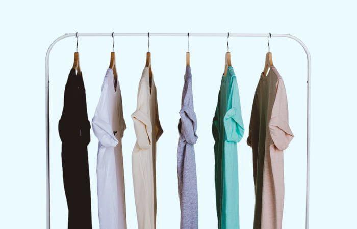 camisetas coloridas en perchas