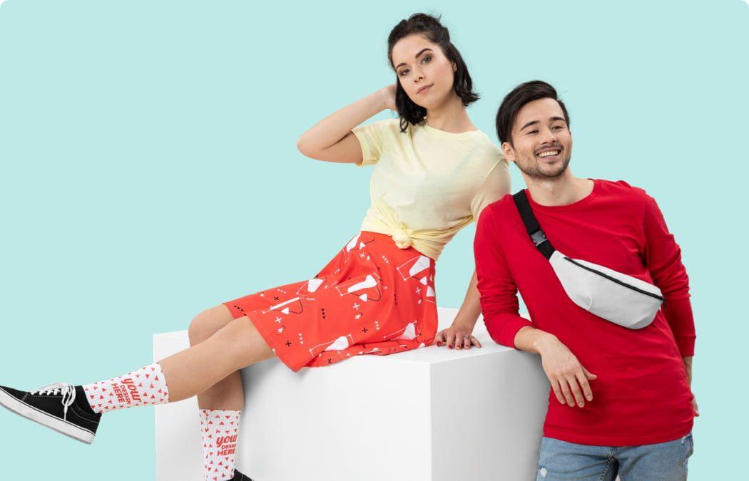 una pareja vistiendo ropa personalizada
